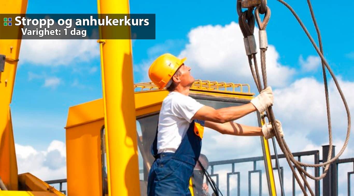 Stropp og Anhuker kurs - Bildet viser en arbeider som driver med Stropp og Anhuking